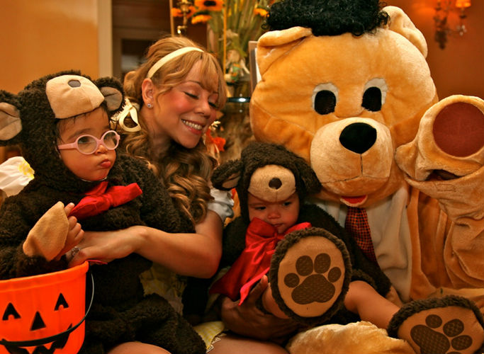 Mariah Carey and her family on Halloween. (Twitter.com/DemBabies.com)